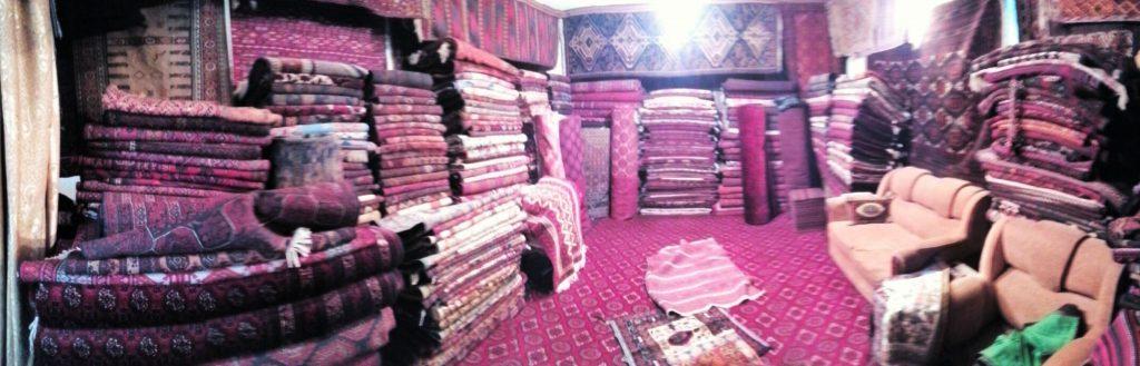 Szerokokątne zdjęcie sklepu z dywanami w Kabulu