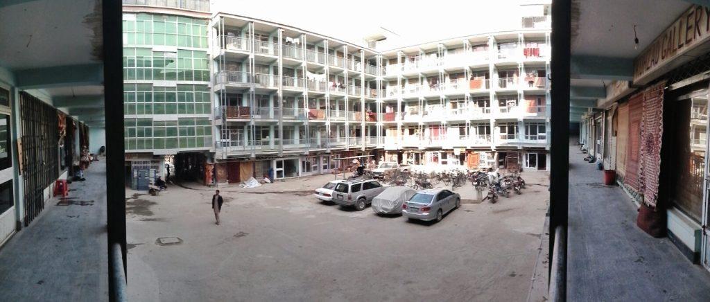 Zaplecze Chicken Street w Kabulu, każdy z tych lokali to sklep z dywanami