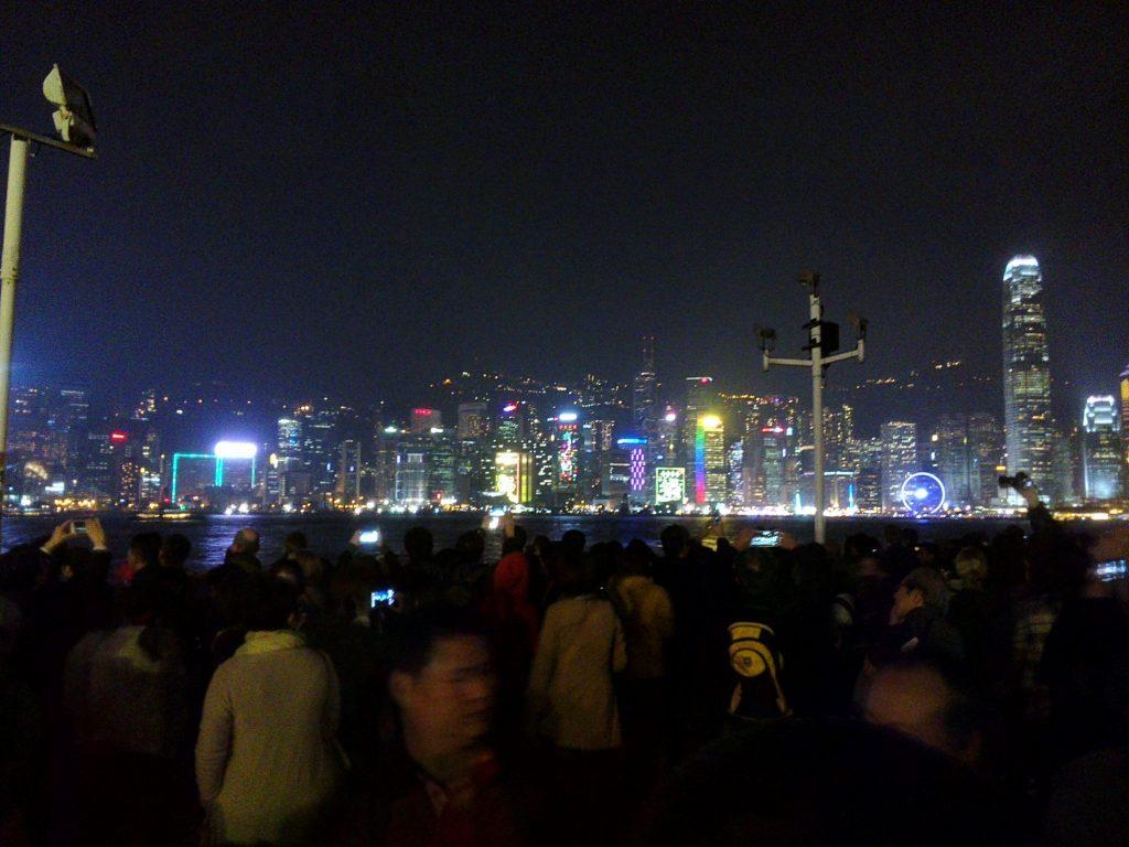 Nabrzeże wyspy Hong Kong widziane z Victoria Harbour. W 8 wieczorem zaczyna się pokaz świateł i laserów na wieżowcach