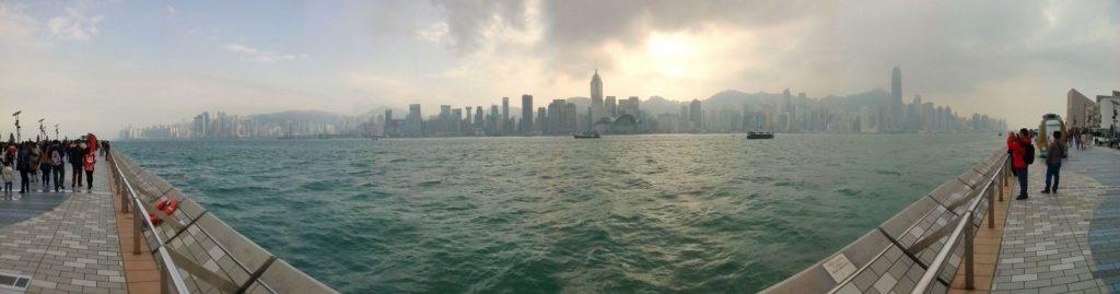 Panorama pochmurnego Hong Kongu z promenady gwiazd
