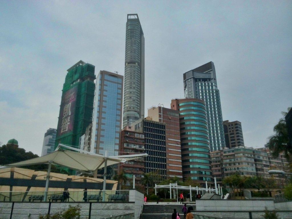 Widok na wieżowce w dzielnicy Kowloon w Hong Kongu