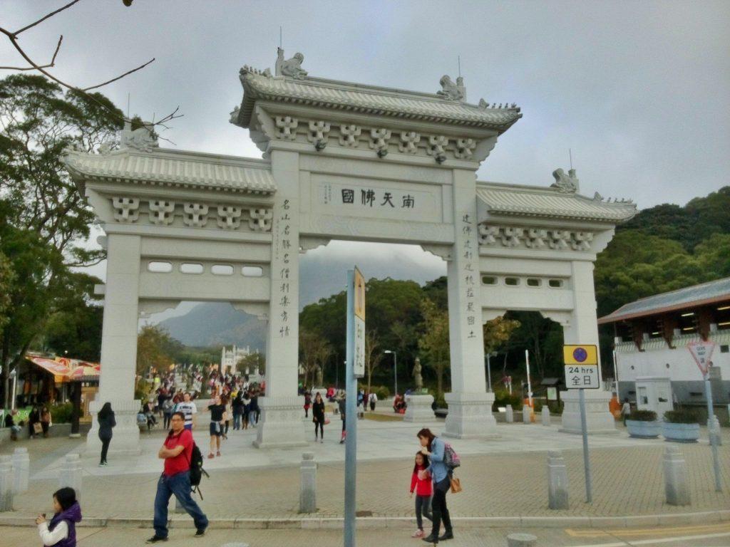 Widok na bramę prowadząca do świątyni buddyjskiej na wyspie Lantau