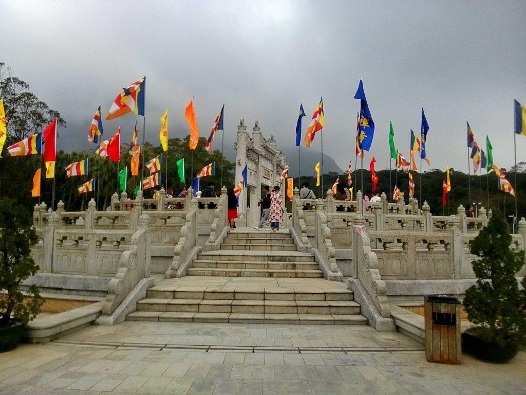 Otoczenie buddyjskiej świątyni na wyspie lantau