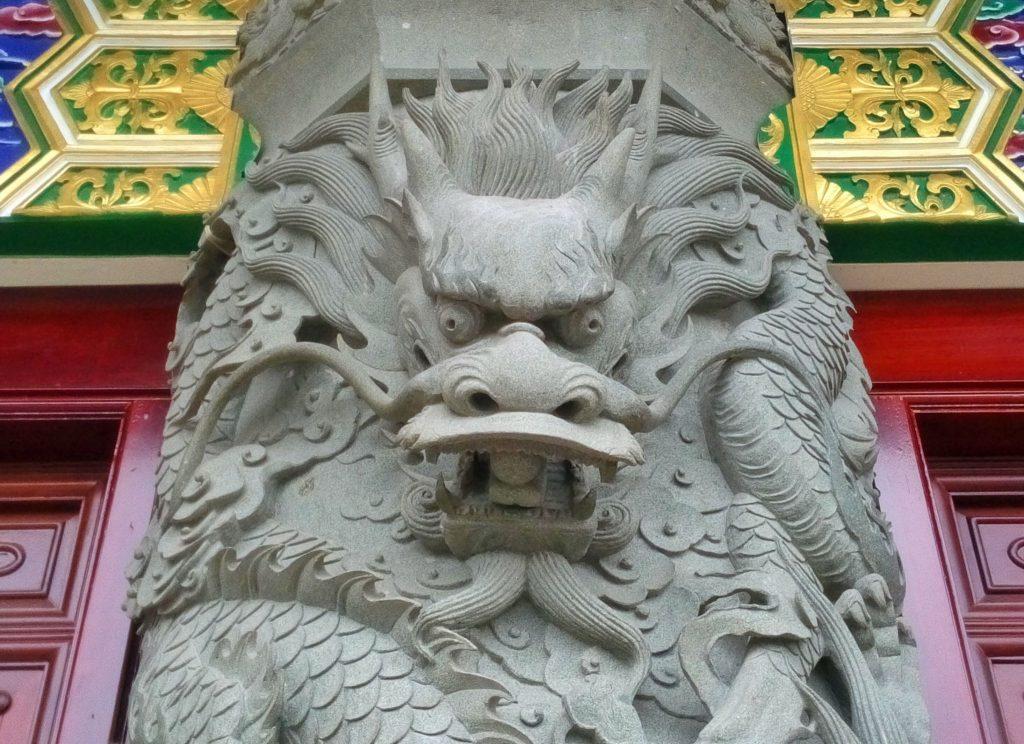 Fragment kolumny przedstawiający smoka w świątyni na wyspie Lantau. Jest to najważniejsza świątynia buddyjskich w Hong Kongu i jedna ważniejszych na świecie