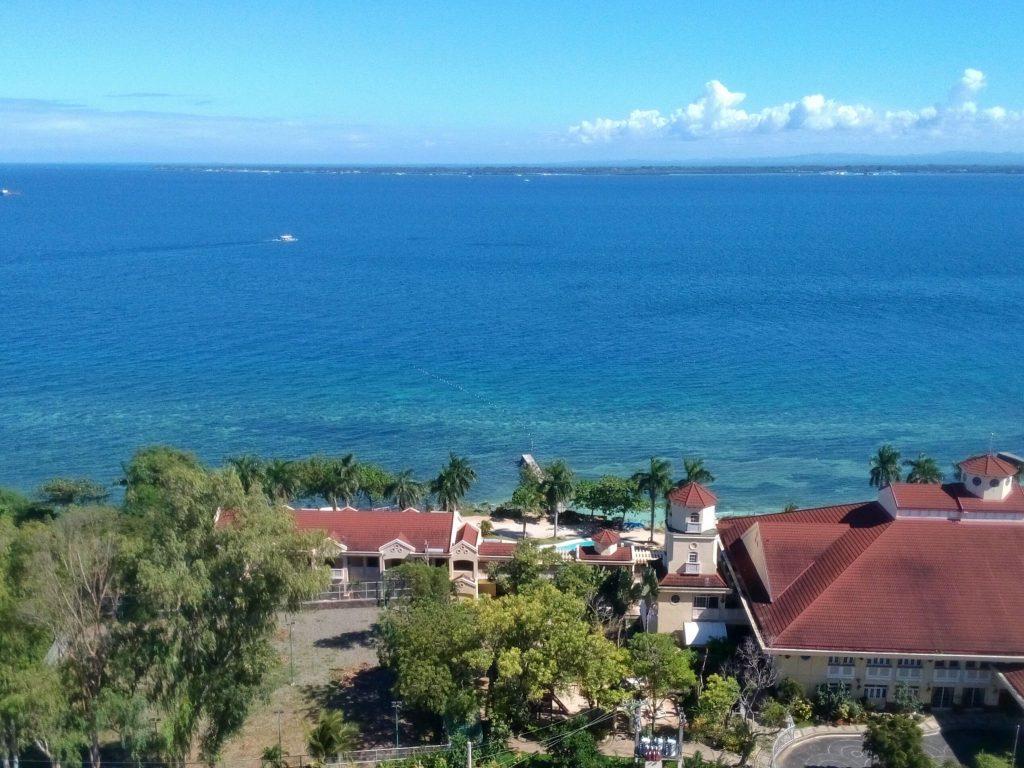 Widok na ocean z apartamentowca na Lapu Lapu