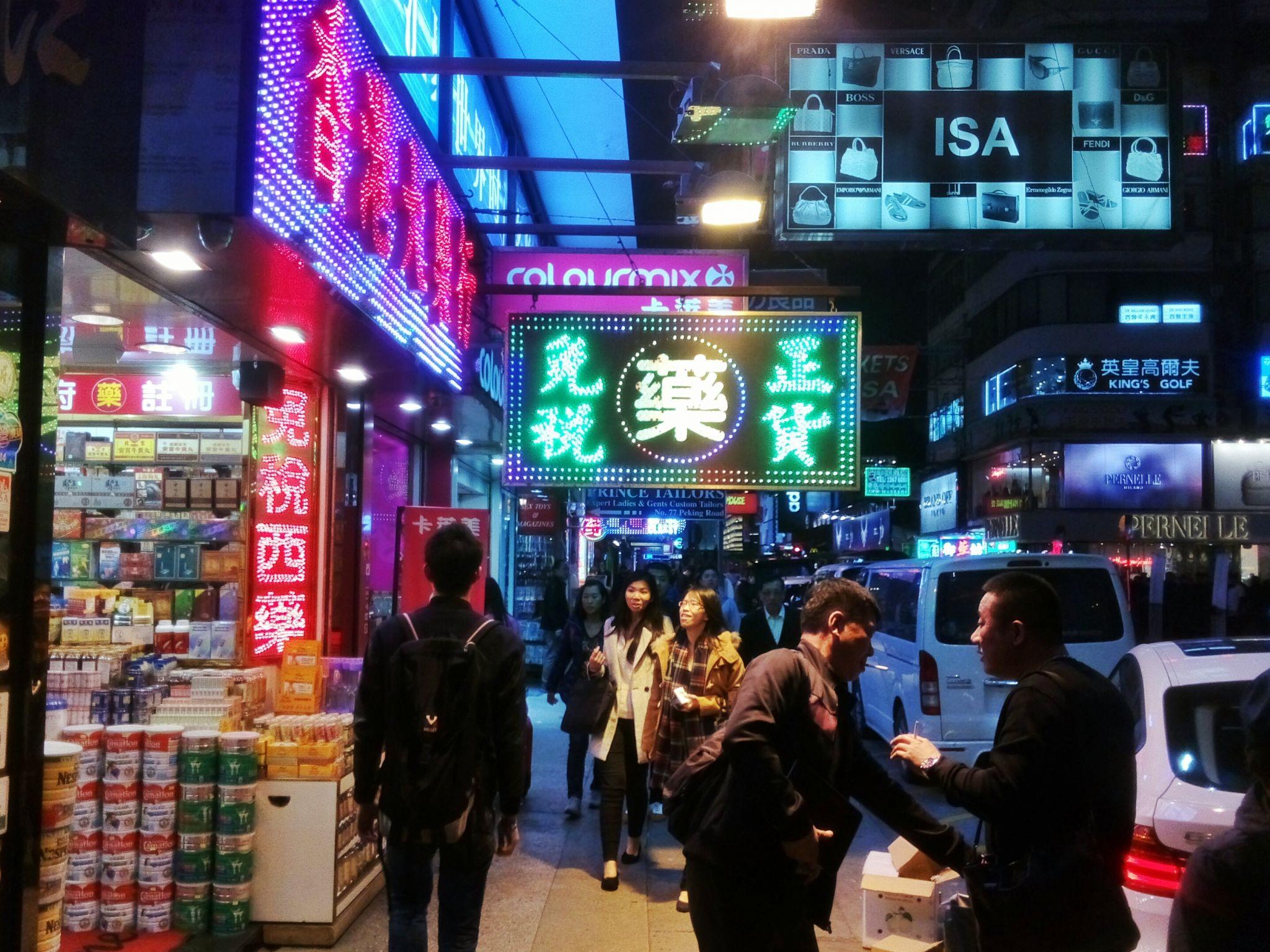 Miasto mieni się tysiącami neonów i znaków, wszędzie pełno tez naganiaczy