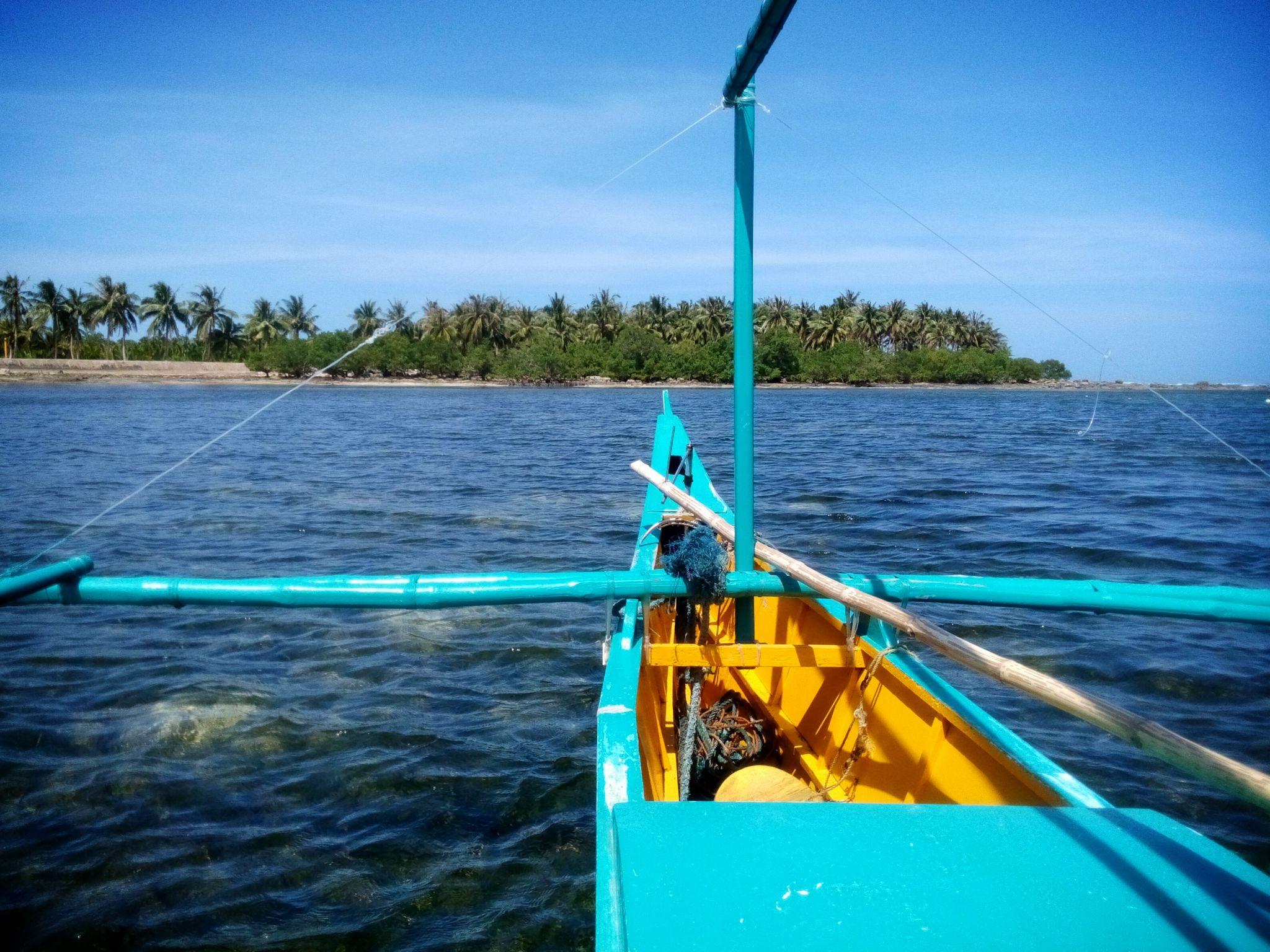 Widok na łódkę i ocean w pobliżu Santa Fe na Filipinach