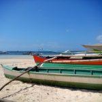 Łódki na plaży w General Luna na wyspie Siargao