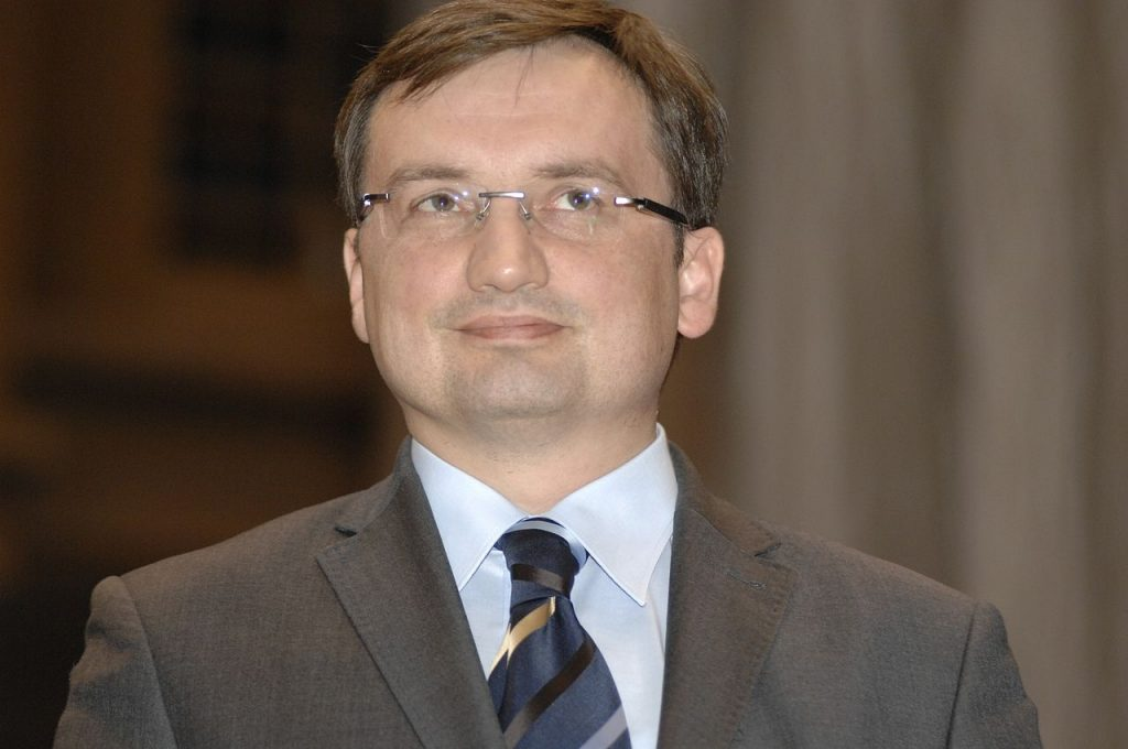 Czy Zbigniew Ziobro powinien mieć całą władzę nad sądownictwem w Polsce?