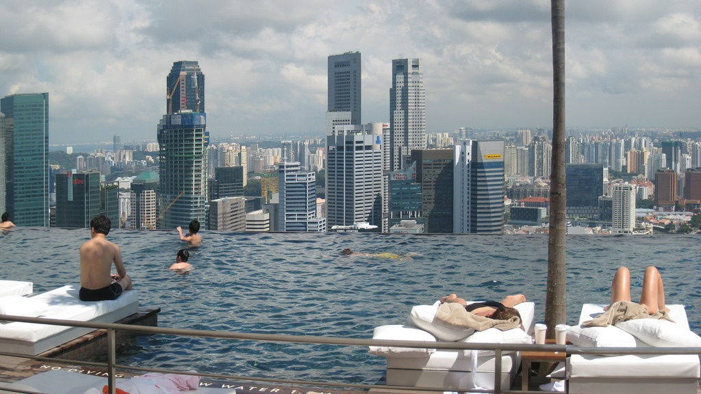 Widok roztaczający się z basenu hotelu Marina Bay Sands