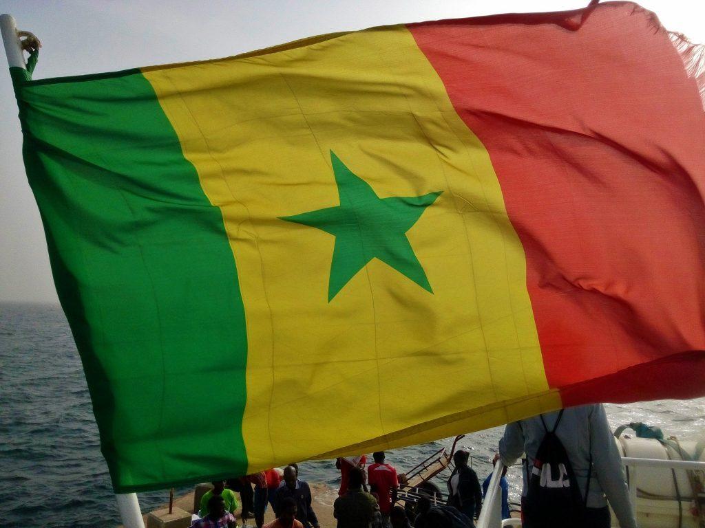 Flaga Senegalu powiewająca na statku który zabrał nas z portu w Dakarze na wyspę Goree