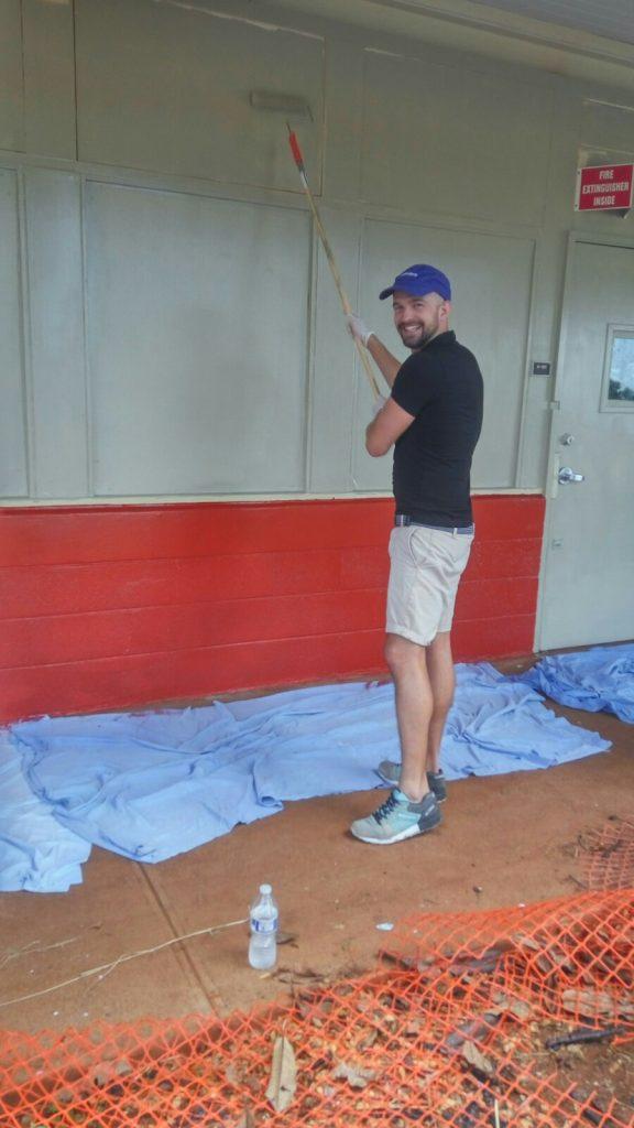 Malowanie szkoły w ramach akcji społecznej przygotowanej przez VMWare