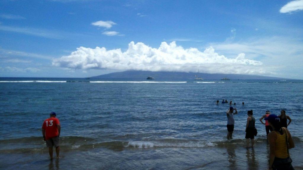 Ponieważ wszystkie plaże są wulkaniczne, piasek na większosci jest ciemny