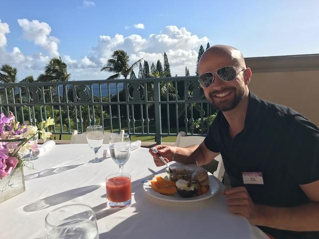 Ja jedzący śniadanie w hotelu na Maui