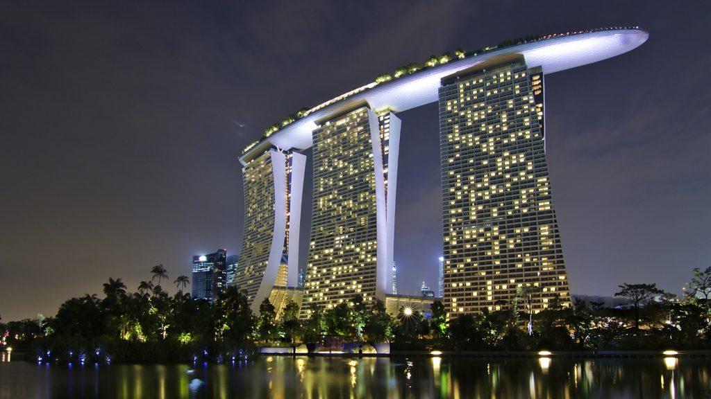 Hotel Marina Bay Sands w Singapurze nocą - Architektura Singapuru