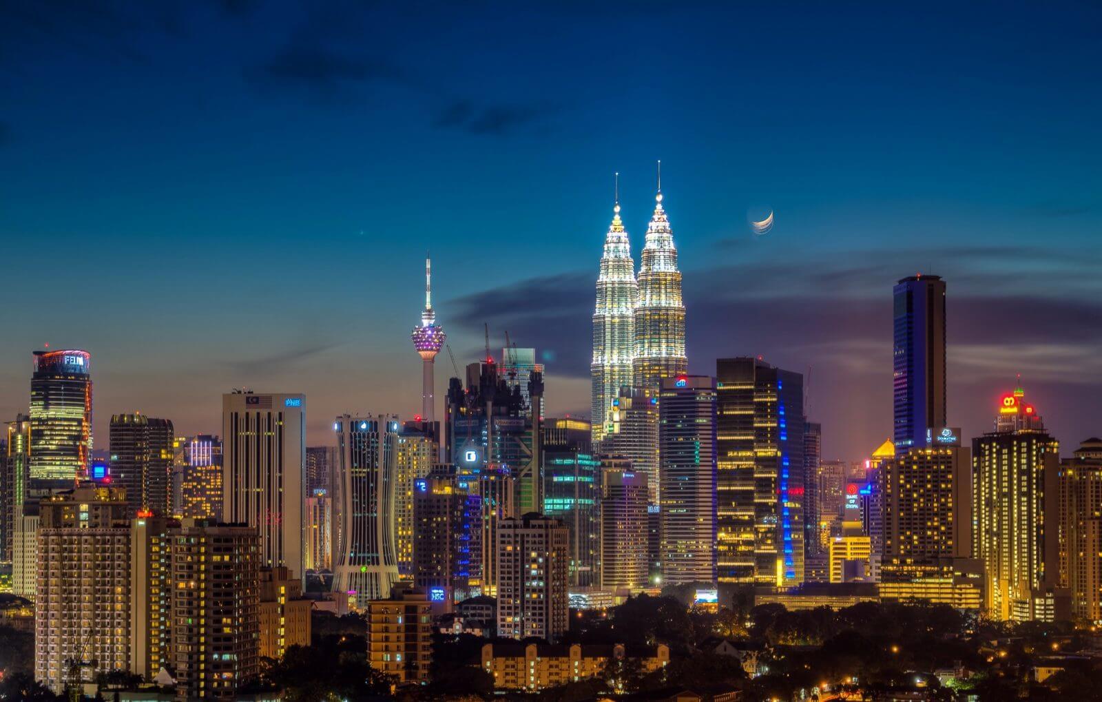 Widok na Petronas Towers w Kuala lumpur po zachodzie słońca