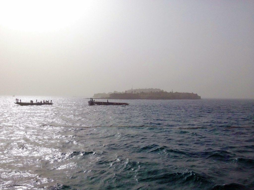 Wyspa Goree widziana ze stateczku płynącego z portu w Dakarze