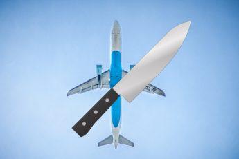 Nóż na tle samolotu