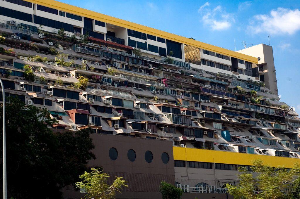 Golden Mile Complex widziany od strony wody - na zdjęciu przeróbki dokonane przez właścicieli mieszkań nazywane hańbą przez człoonka tutejszego parlamentuGolden Mile Complex widziany od strony wody - na zdjęciu przeróbki dokonane przez właścicieli mieszkań nazywane hańbą przez członka tutejszego parlamentu - Architektura Singapuru