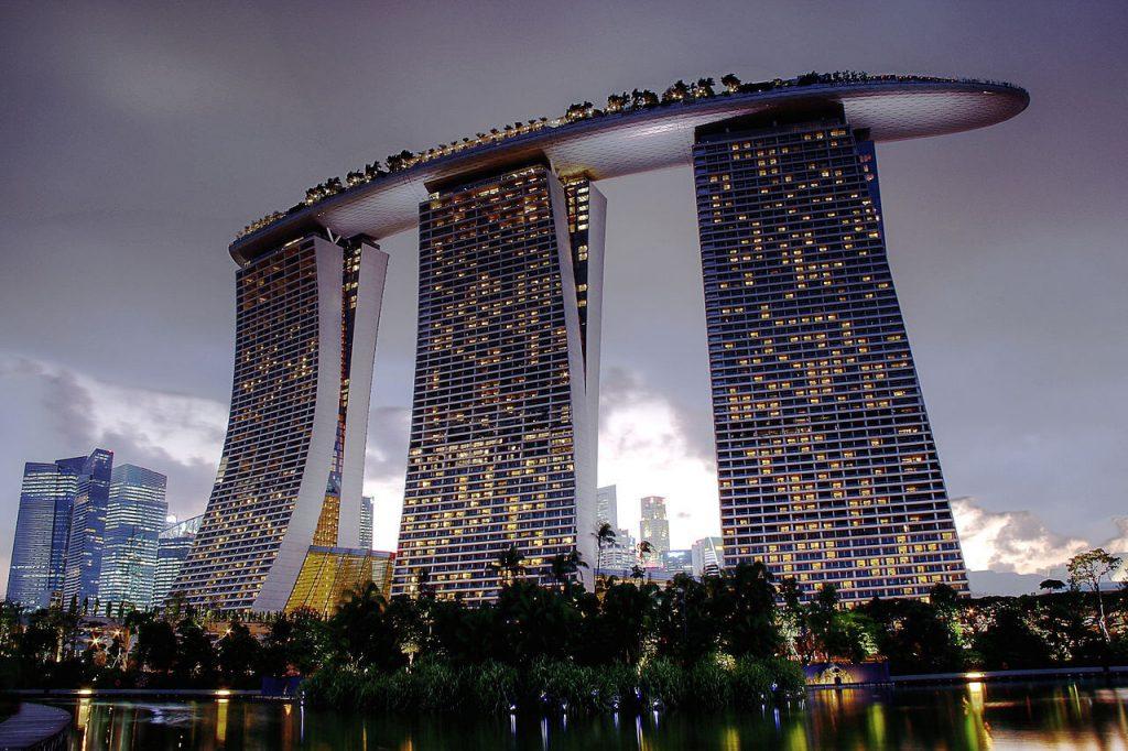 Hotel Marina Bay Sand w Singapurze widziany od strony Gardens by the Bay - Architektura Singapuru