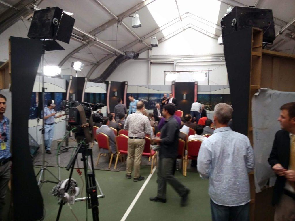 Zaimprowizowane studio debaty telewizyjnej