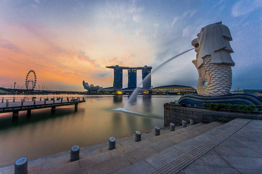 Merlion - symbol singapuru widziany od tyłu w tle Marina Bay Sands