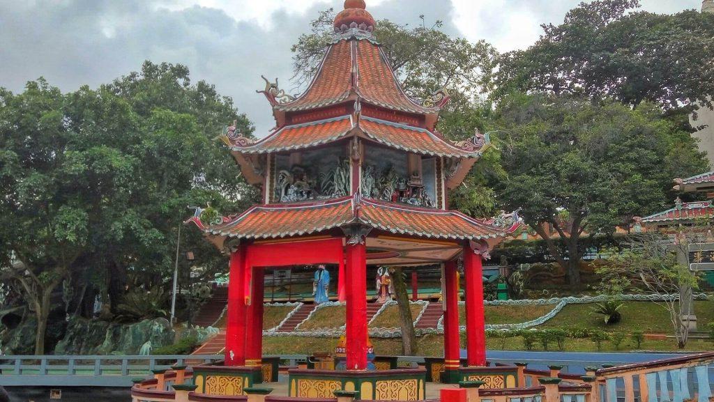 Pagoda w posągiem młodego buddy w Haw Par Villa w SIngapurze