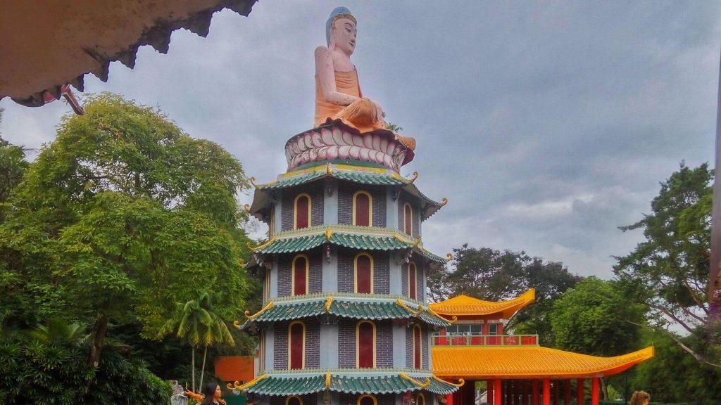 Pagoda w posągiem siedzącego Buddy