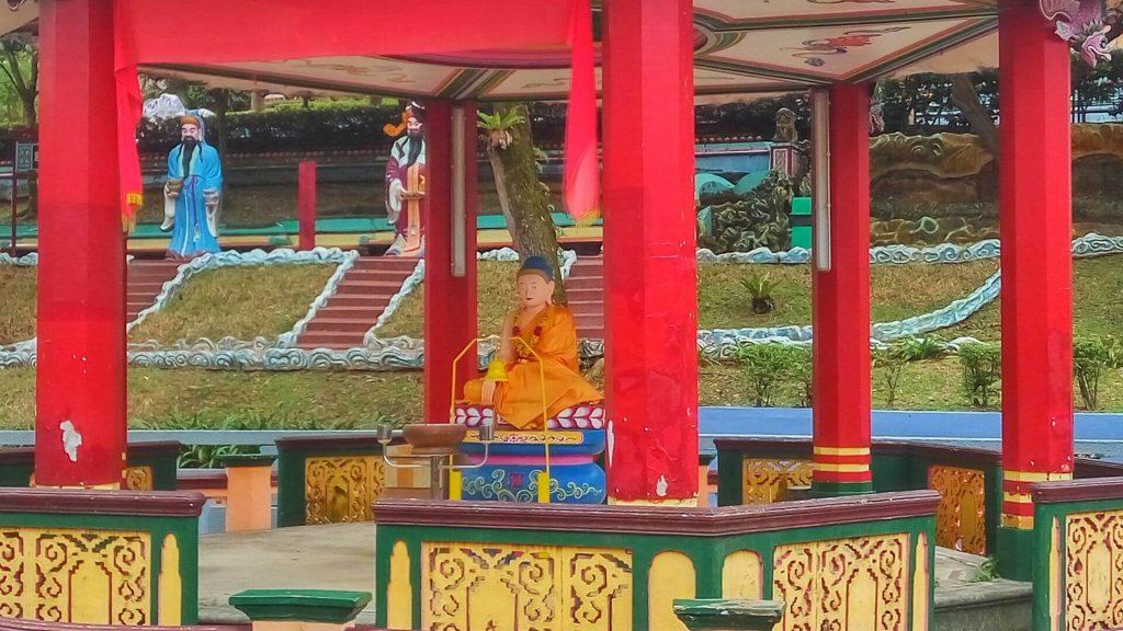 Pawilon z siedzącym młodym Buddą