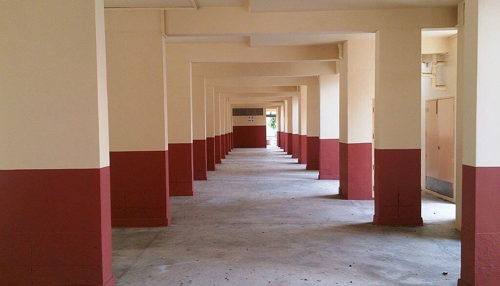 Prawie każdy blok komunalny jest w przyziemiu zuepłnie pusty, przestrzenie wypełniają tylko ławki