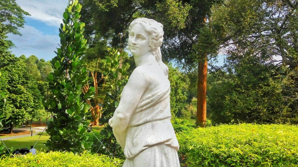 Rzeźba w ogrodzie angielskim