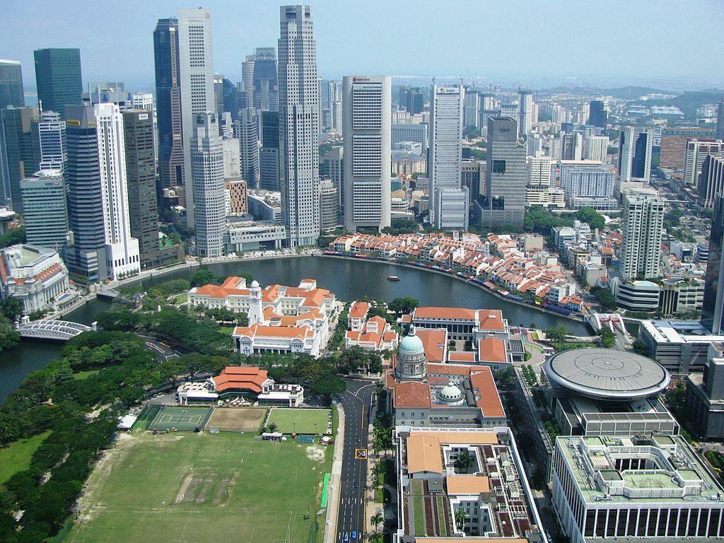 Singapur - widok na dzielnicę rządową oraz boat quay. Jest to ten sam obszar co na pocztówce powyżej, widziany jednak z drugiej strony. Świętowanie niepodległości Singapuru najczęściej odbywa się właśnie tutaj.