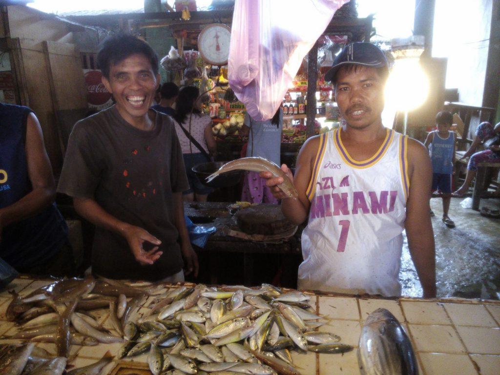 Sprzedawcy ryb na rynku w Dapa