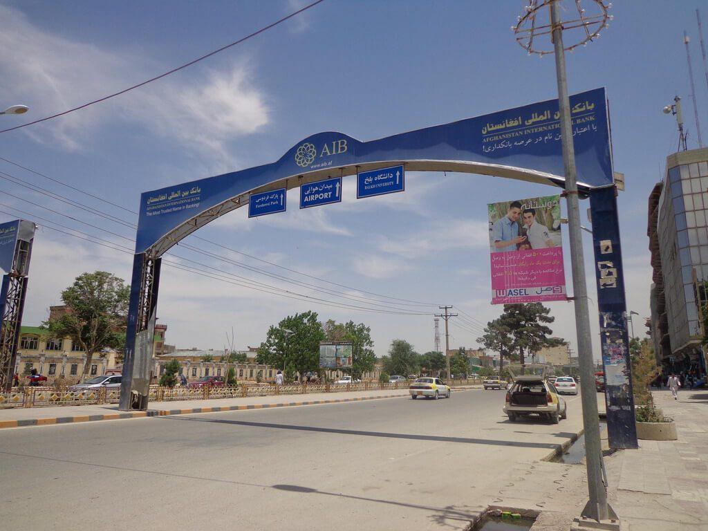 Widok na bramę z reklamą banku AIB w Afganistanie