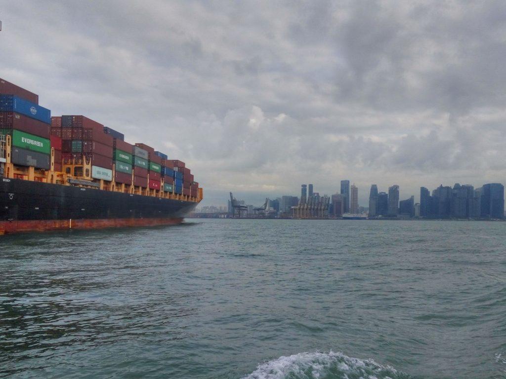 Widok na wieżowce Singapuru z promu na wyspę st. John