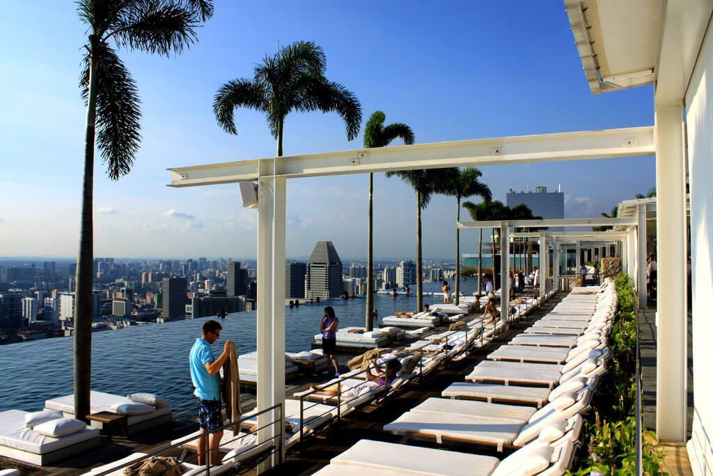 Widok z dachu hotelu Marina Bay Sands w Singapurze na zdjęciu basen z iluzją nieskończoności - Architektura Singapuru