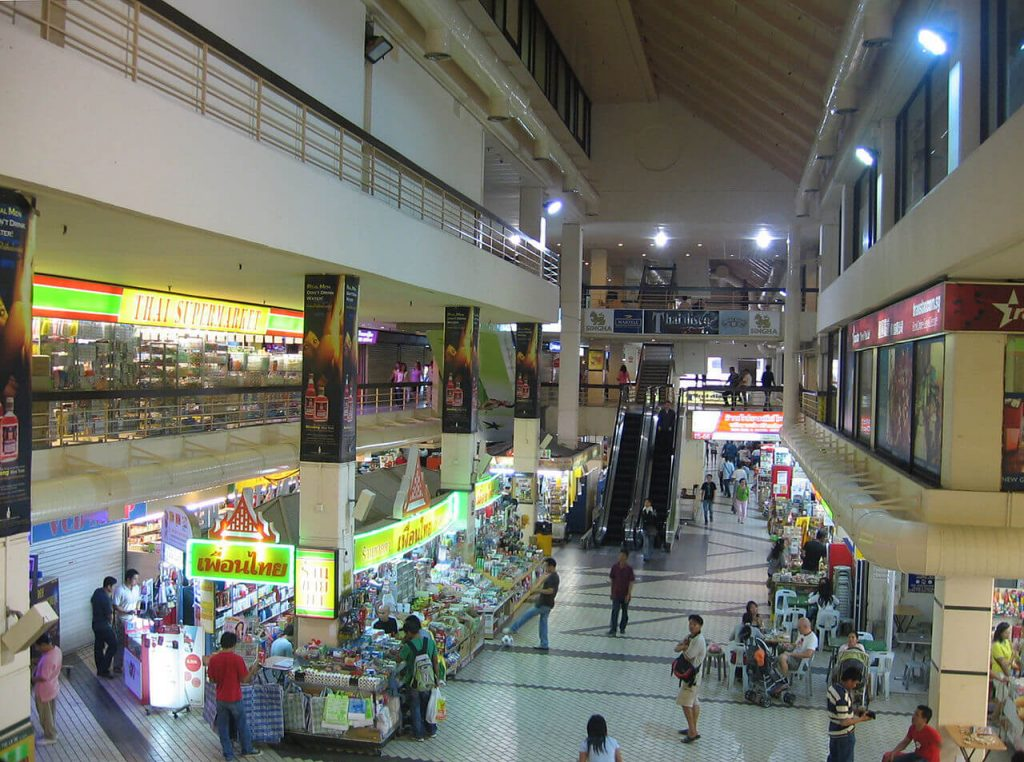 Wnętrze Golden Mile Complex w Singapurze