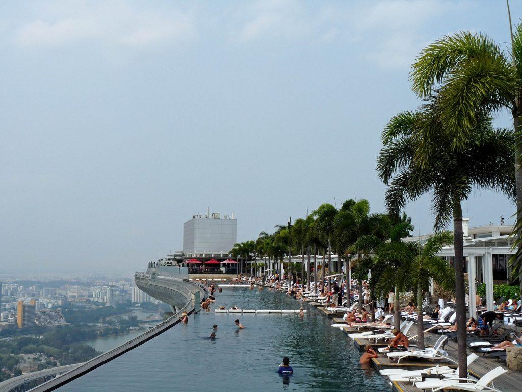 Basen Hotelu Marina Bay Sands z widokiem na wschód Singapuru