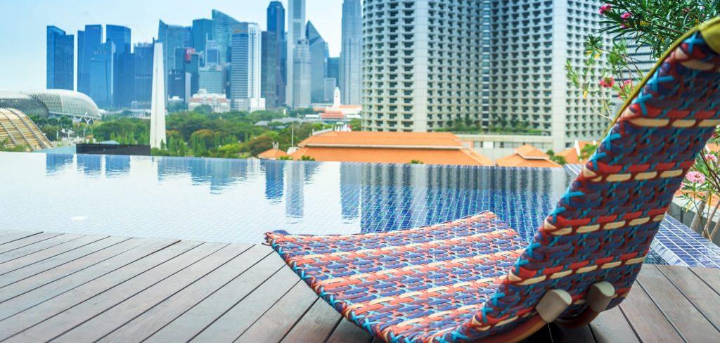 Basen w hotelu Naumi w Singapurze