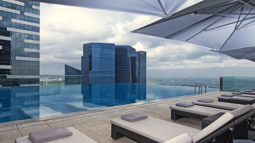 Basen z iluzją nieskończoności na dachu hotelu Westin w Singapurze