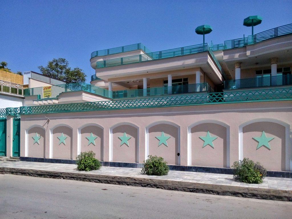 Fantazja Afgańczyków spotya się aktualnie z ich bogactwem czego owocem są takie budynki
