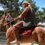 Jeździec konny nad jeziorem Qargha w Kabulu