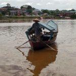Kobieta na łodzi w parku Narodowym Bako na Borneo