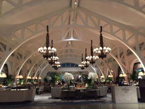 Lobby Hotelu Fullerton Bay w Singapurze
