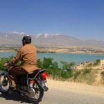 Motocyklista w tradycyjnym stroju nad jeziorem Qargha