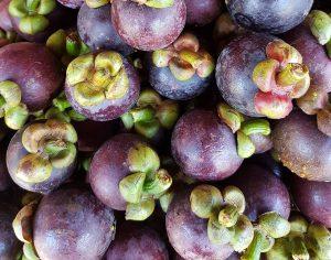 Owoce Mangosteen na straganie w Malezji