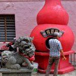 Piec w którym pali się podarki dla zmarłych zgodnie z wierzeniami taoistycznymi