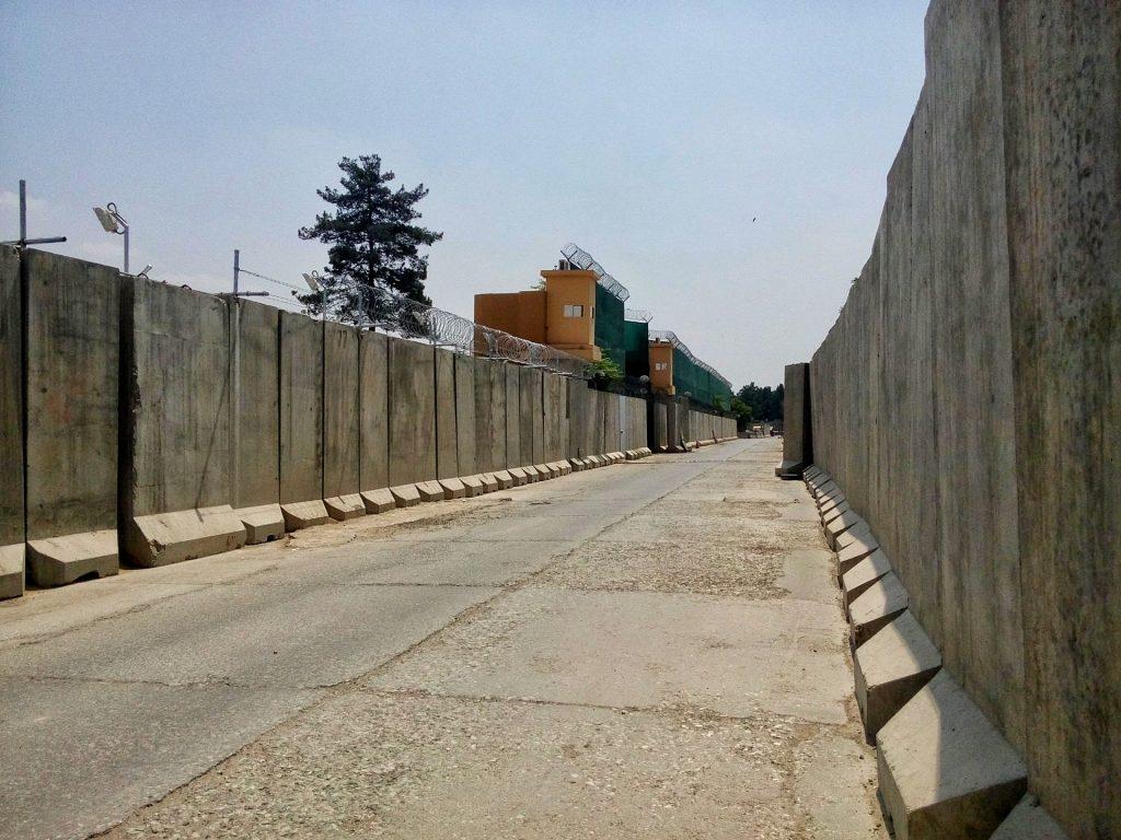 Typowa ulica w dzielnicy w której znajdują się ambasady
