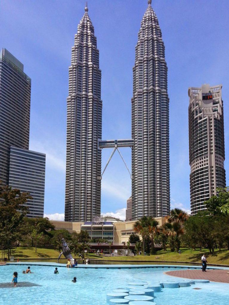 Wieżowce Petronas Tower widziane od strony parku