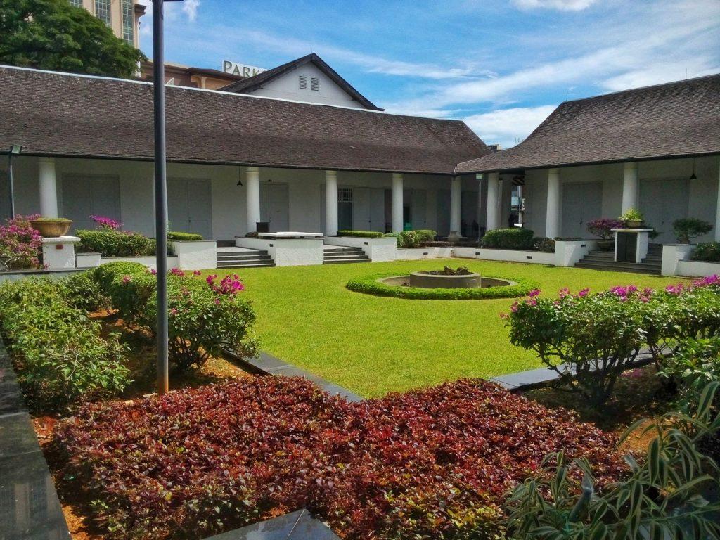Zabudowa kolonialna w Kuching - na zdjęciu kompleks budynków który stanowił administracyjne centrum miasta